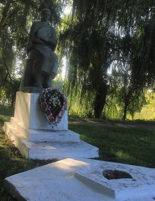 с. Ольховая Городищенского р-на. Памятник, установленный на братской могиле патриотов села.