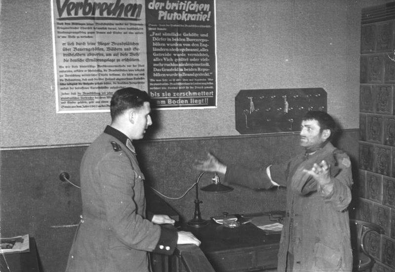 Допрос еврея в гетто. Декабрь 1940 г.