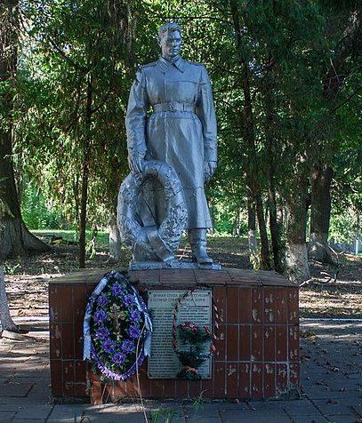 с. Куты Маньковского р-на. Памятник, установленный на братской могиле советских воинов.