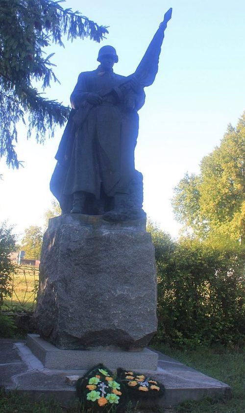 с. Ольховая Городищенского р-на. Памятник у школы, установленный в честь воинов-односельчан.