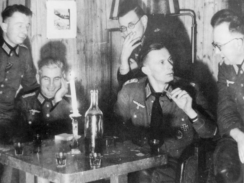 Немецкие офицеры артиллерийского полка встречают новый год. Декабрь 1944 г.