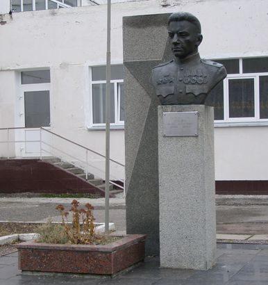 г. Черкассы. Бюст генерала М.К. Путейко, который освобождал город, установленный на территории школы № 27.