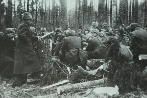 Политрук выступает перед красноармейцами. Март 1945 г.