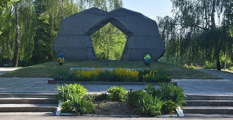 п. Маньковка. Мемориальный комплекс в честь советских воинов и односельчан.