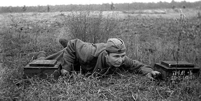 Красноармеец на плацдарме на реке Нарве. Июль 1944 г.