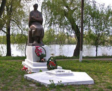 с. Ольшаны Городищенского р-на. Памятник, установленный на братской могиле советских воинов.