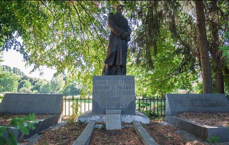 с. Молодецкое Маньковского р-на. Памятник, установленный на братской могиле советских воинов.