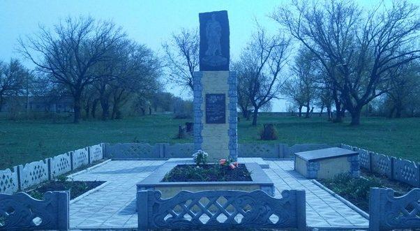 с. Перше Травня Софиевского р-на. Памятник, установленный на братской могиле, в которой похоронено 63 советских воина, погибших в боях за село.