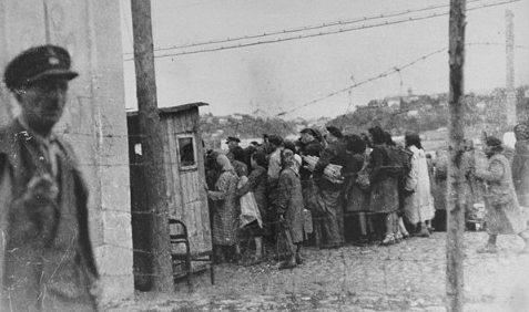 Еврейские женщины возвращаются в Ковенское гетто после принудительных работ на улице. 1942 г.
