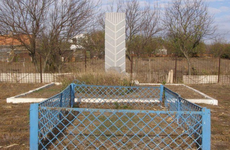 с. Первозвановка Синельниковского р-на. Братская могила 3-х неизвестных летчиков, погибших в конце сентября 1941 г.