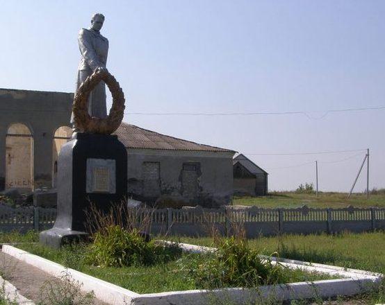 с. Петрово Софиевского р-на. В центре. Памятник, установленный в 1957 году на братской могиле, в которой похоронено 840 советских воинов, в т.ч. 717 неизвестных, погибших в боях за село.