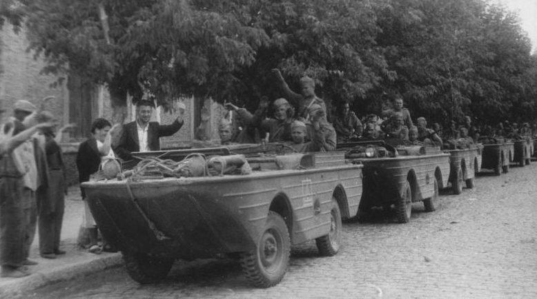 Жители Белгород-Днестровского встречают освободителей. Август 1944 г.