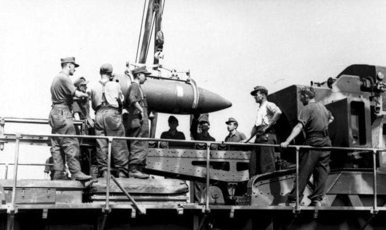 Артиллеристы вермахта готовят к выстрелу 600-мм мортиру «Карл» в районе Бреста. 1941 г.