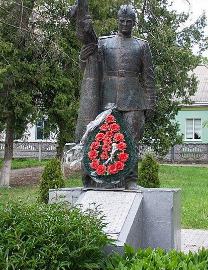 с. Нестеровка Маньковского р-на. Памятник, установленный на братской могиле советских воинов.