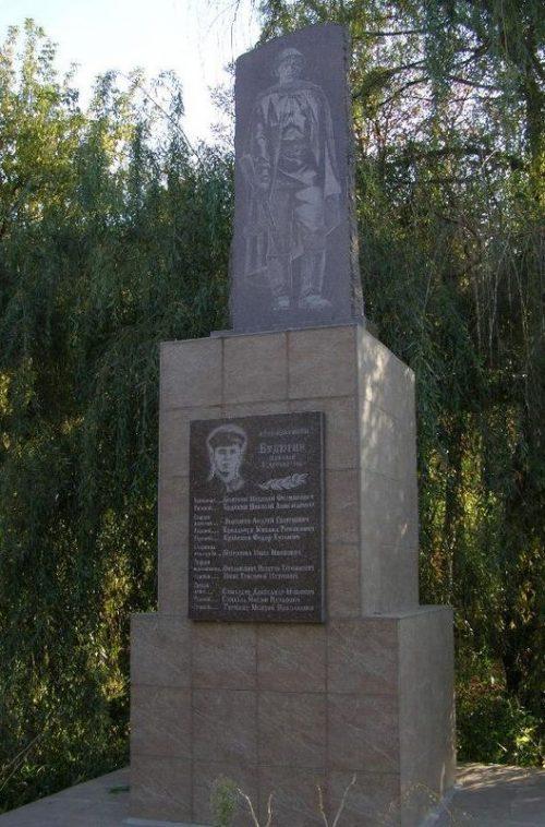 с. Раевка Синельниковского р-на. Братская могила, в которой похоронено 9 советских воинов, погибших в боях за село.