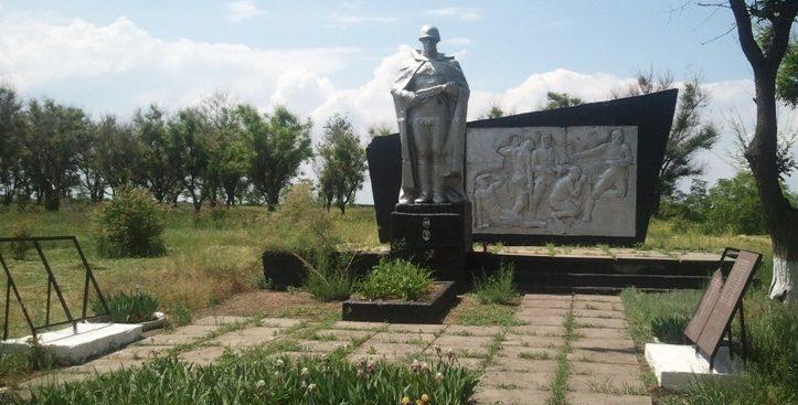 с. Садовое Софиевского р-на. Памятник, установленный в 1968 году на братской могиле, в которой похоронено 40 советских воинов, погибших в боях за село.