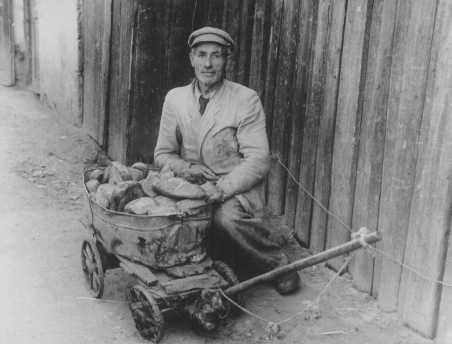 Житель гетто продает хлеб на черном рынке. 1942 г.
