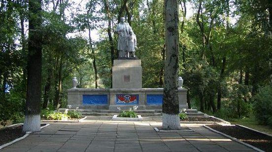 с. Раевка Синельниковского р-на. Памятник, установленный на братской могиле, в которой похоронено 12 воинов, погибших в боях за село.