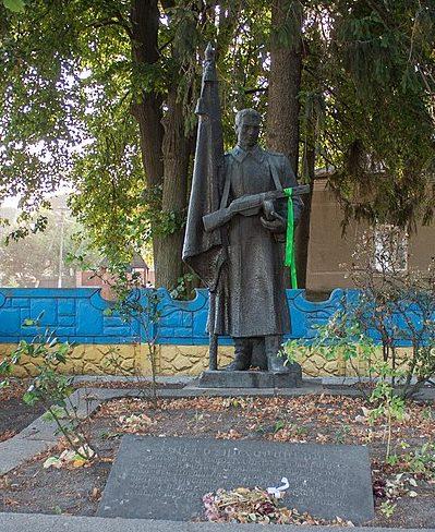 с. Подобна Маньковского р-на. Памятник, установленный на братской могиле советских воинов.