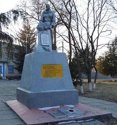 п. Раздоры Синельниковского р-на. Памятник, установленный на братской могиле воинов, погибших в боях за поселок и памятный знак погибшим землякам.