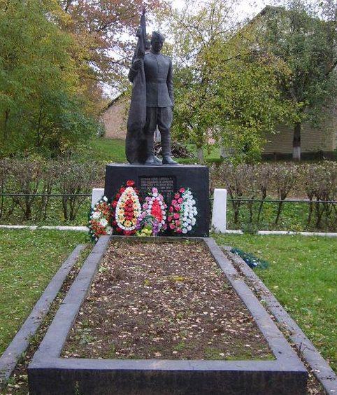 с. Беркозовка Каневского р-на. Памятник, установленный на братской могиле воинов, погибших при освобождении села.