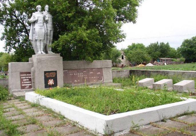 п. Софиевка. Памятник, установленный на братской могиле воинов, погибших при освобождении поселка и памятный знак погибшим землякам.