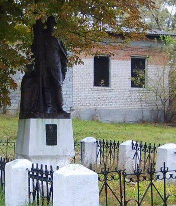 с. Бобрица Каневского р-на. Памятник, установленный на братской могиле воинов, погибших в боях за село.