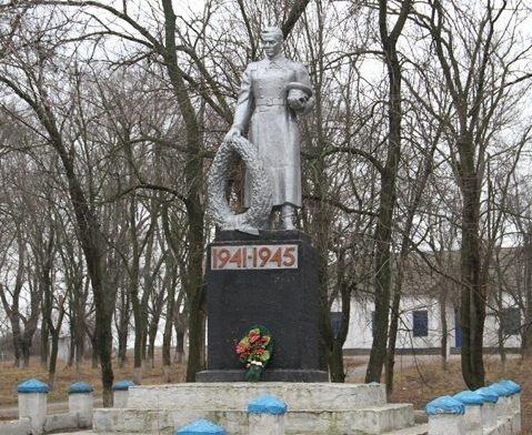 п. Софиевка. Братская могила воинов, погибших в боях за поселок.
