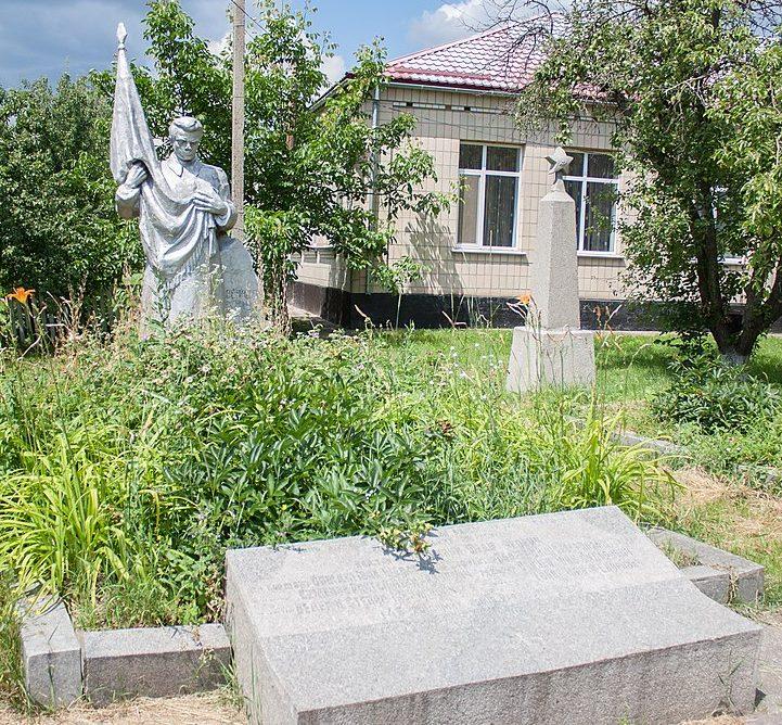 с. Поминик Маньковского р-на. Памятник, установленный на братской могиле советских воинов.