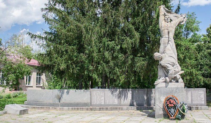 с. Поминик Маньковского р-на. Памятник воинам-односельчанам, погибшим в годы войны.