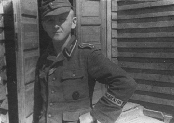 Немецкий солдат с нарукавной нашивкой «Курляндия». Апрель 1945 г.