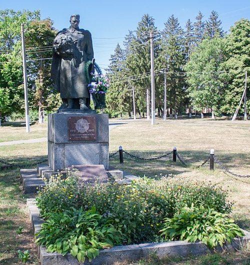 с. Поповка Маньковского р-на. Памятник, установленный на братской могиле советских воинов.