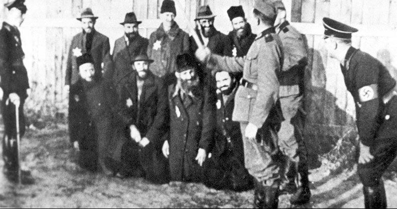 Унижение евреев немцами. 1941 г.