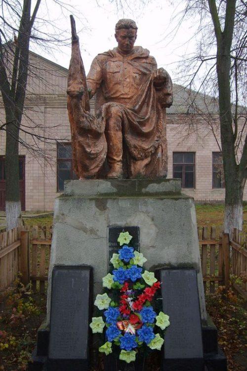 с. Гамарня Каневского р-на. Памятник, установленный на братской могиле воинов, погибших в боях за село и памятный знак погибшим односельчанам.