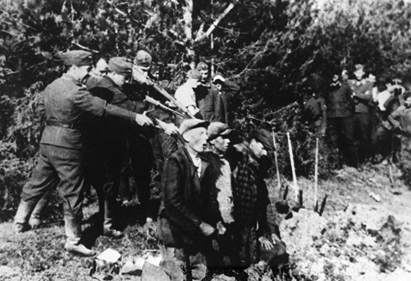 Айнзатцгруппа расстреливает евреев. 1942 г.