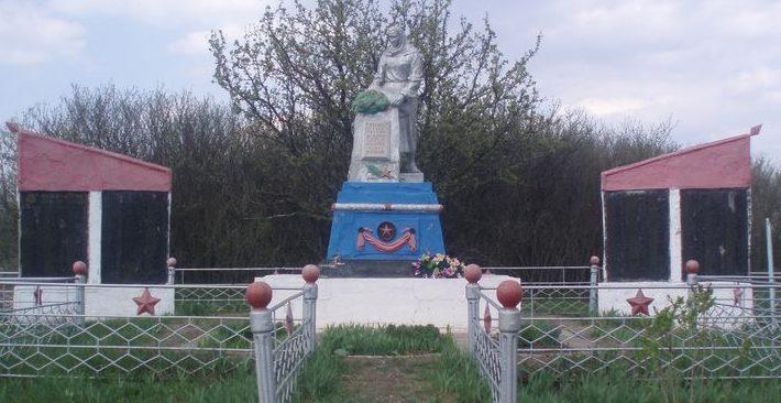 с. Широкое (Менжинка) Софиевского р-на. Братская могила, в которой похоронено 518 советских воинов, погибших в боях за село.