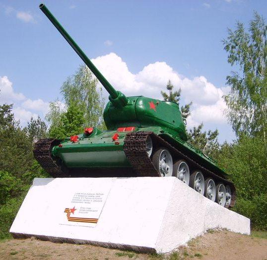 с. Григоровка Каневского р-на. Памятник-танк воинам 3 гвардейской танковой армии.