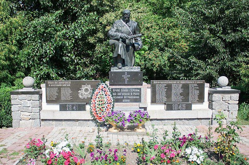 с. Поташ Маньковского р-на. Памятник у школы, установленный на братской могиле советских воинов.