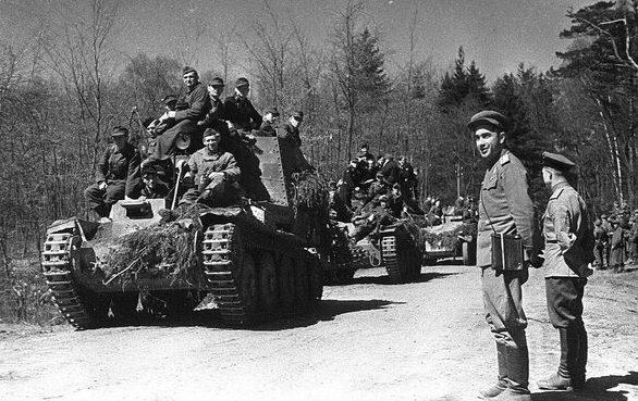 Советские войска на марше. Апрель 1945 г.