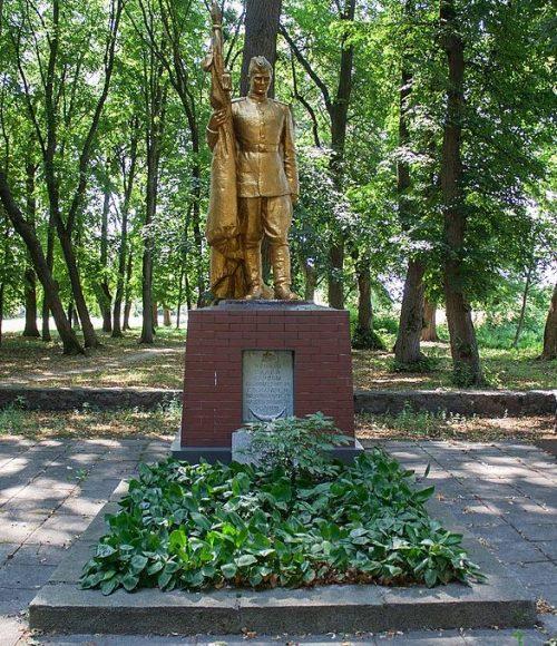с. Роги Маньковского р-на. Памятник у школы, установленный на братской могиле советских воинов.