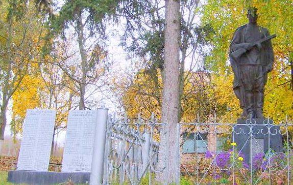 с. Грищинцы Каневского р-на. Памятник, возле Дома культуры, установленный на братской могиле воинов, погибших в боях за село и памятный знак погибшим односельчанам.