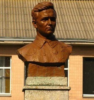 с. Великий Хутор Драбовского р-на. Бюст Героя Советского Союза С.А.Куницы, установленный у школы.