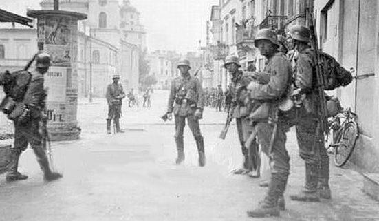 Немецкий патруль в городе. 1942 г.