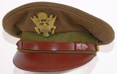 Фуражки офицеров армии.