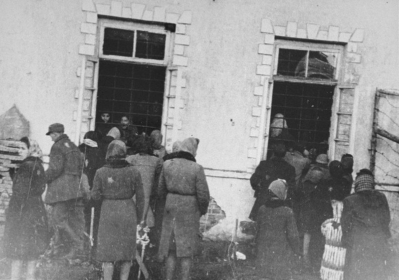 Посетители у тюрьмы Ковенского гетто. 1943 г.