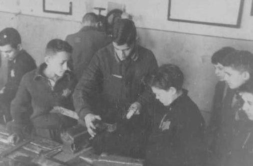 Дети-подневольники в столярной мастерской Ковенского гетто. 1943 г.