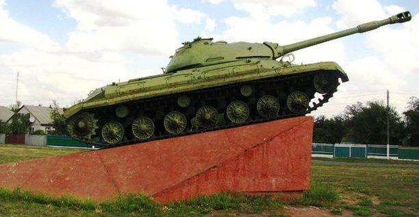 п. Драбов. Памятный знак танк ИС воинам-освободителям.