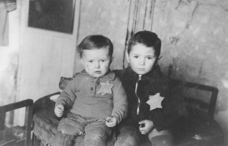Малолетние жители гетто, впоследствии вывезенные в концлагерь Майданек. Февраль 1944 г.