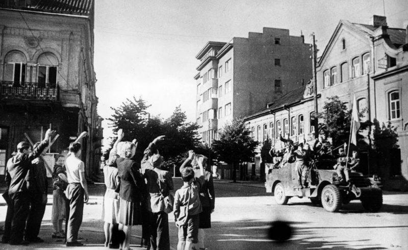 Жители города приветствуют советских воинов-освободителей. Август 1944 г.