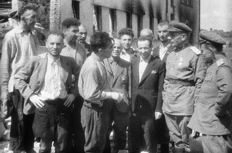 Выжившие узники Ковенского гетто в Валиямполе рассказывают советским офицерам о зверствах фашистов. Август 1944 г.